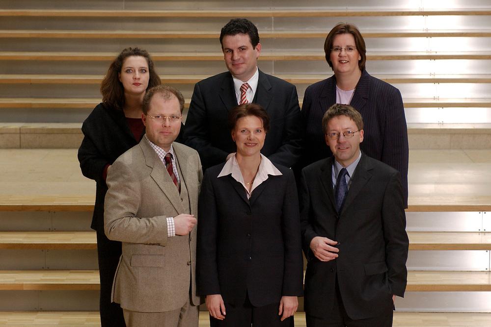 19 FEB 2003, BERLIN/GERMANY:<br /> Obere Reihe, v.L.n.R.: Carole Reimann, Hubertus Heil, Kerstin Giese, Untere Reihe, v.L.n.R.: Christian Lange, Nina Hauer, Hans-Peter Bartels, der Sprecherkreis des Netzwerk Berlin, Gruppe junger SPD Abgeordneter des Deutschen Bundestages<br /> IMAGE: 20030219-03-002<br /> KEYWORDS: MdB´s, Youngster