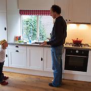 Nederland, Amsterdam , 29-01-2009 - Vader in discussie met  zijn dochter van vier jaar . (model released) . Foto: Gerard Til