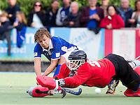 UTRECHT - HOCKEY -  Constantijn Jonker van Kampong belaagt HGC keeper Sam van der Ven maar zal niet scoren,   tijdens de hoofdklasse competitiewedstrijd tussen de mannen van Kampong en HGC (2-2). FOTO KOEN SUYK