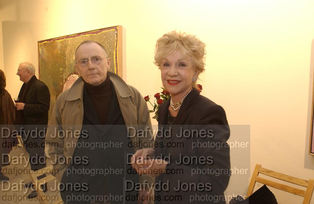 Pat York. Jules Olitski's 80the birthday. Bernard Jacobson. 19 March 2002. © Copyright Photograph by Dafydd Jones 66 Stockwell Park Rd. London SW9 0DA Tel 020 7733 0108 www.dafjones.com