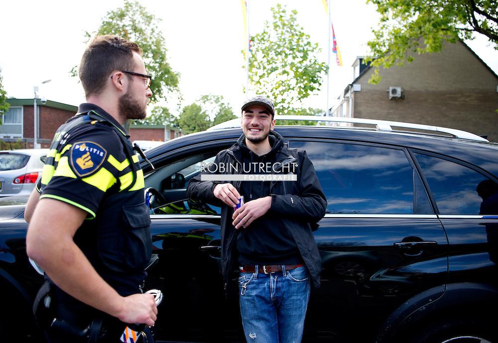 ZAANDAM - extra camera bewaking in de wijk poelenburg , Politie in de wijk Poelenburg in Zaandam waar jongeren voor onrust zorgen door overlast en intimidatie. Straatbeeld uit de wijk Poelenburg in Zaandam waar jongeren voor onrust zorgen door overlast en intimidatie.  COPYRIGHT ROBIN UTRECHT pownews vomar , supermarkt , Jeugdoverlast in Poelenburg<br /> Een rondje door de wijk Poelenburg een politie agent politieagent op straat dienstwapen  samenschoolingsverbod , Politie agent , agenten , bewaken , beveilingen aanslag , voorkomen , dreining , wapen , dienstwapen , survieren