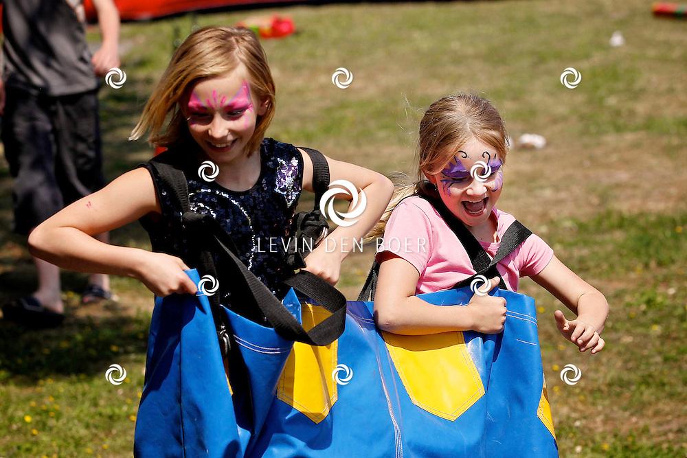 HEDEL - Op de Maasdijk hielden bewoners de nationale Buitenspeeldag 2011 voor alle kinderen in de buurt. Er waren diversen spelletjes en heerlijke versnaperingen. FOTO LEVIN DEN BOER - PERSFOTO.NU