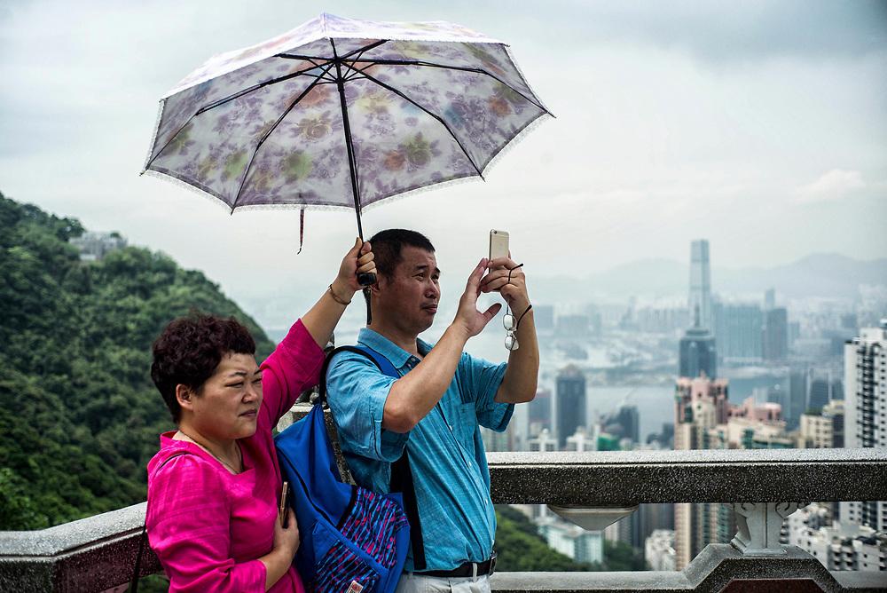 Hong Kong | 05.05.2017: Hong Kong <br /> <br /> hier: Toruisten auf dem Peak, der h&ouml;chsten Erhebung auf Hong Kong Island<br />  <br /> Sascha Rheker<br /> 20170505<br /> <br /> [Inhaltsveraendernde Manipulation des Fotos nur nach ausdruecklicher Genehmigung des Fotografen. Vereinbarungen ueber Abtretung von Persoenlichkeitsrechten/Model Release der abgebildeten Person/Personen liegt/liegen nicht vor.]