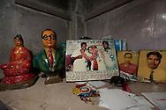 Hemma hos ett par som tillh&ouml;r gruppen daliter. P&aring; hyllan syns viktiga symboler f&ouml;r gruppen. En figur av B. R. Ambedkar daliternas ledare och Buddha eftersom m&aring;nga dalter har konverterat till Buddhism. Bombay (Mumbai), Indien<br /> COPYRIGHT 2009 CHRISTINA SJ&Ouml;GREN<br /> ALL RIGHTS RESERVED