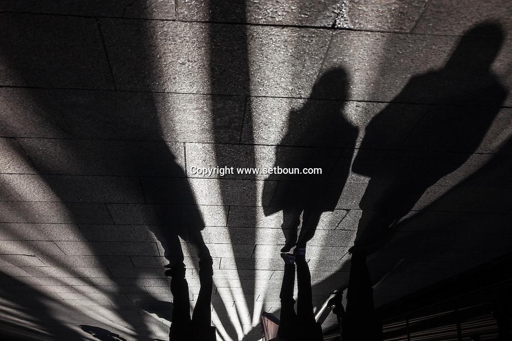 New york,  shadows of pedestrians  in downtown manhattan / Ombres des passants  dans le quartier de wall street