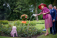 13-6-2017 Winschoten Koningin Maxima onthult en doopt dinsdagmiddag 13 juni een nieuwe roos tijdens een landelijk symposium van de Nederlandse Rozenvereniging en de gemeente Oldambt in het Rosarium in Winschoten. De roos is ontwikkeld ter ere van het vijftigjarig bestaan van het Rosarium en het daarvoor door de gemeente Oldambt uitgeroepen Jaar van de Roos. COPYRIGHT ROBIN UTRECHT <br /> <br /> 13-6-2017 Winschoten Queen Maxima unveils and opens a new rose on Tuesday afternoon June 13th at a national symposium of the Dutch Rosary Society and the Oldambt municipality in the Rosarium in Winschoten. The rose was developed in honor of the 50th anniversary of the Rosarium and the Year of the Rose declared by the municipality of Oldambt. COPYRIGHT ROBIN UTRECHT