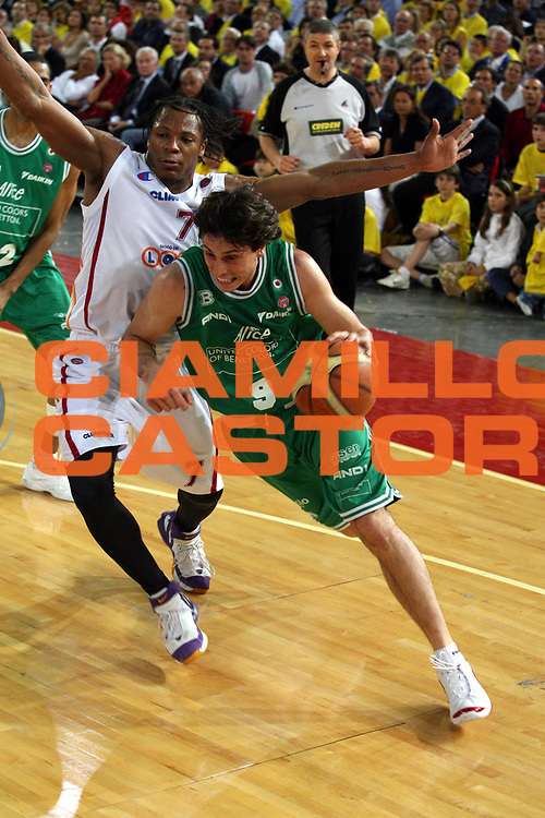 DESCRIZIONE : Roma Lega A1 2005-06 Play Off Semifinale Gara 2 Lottomatica Virtus Roma Benetton Treviso <br />GIOCATORE : Mordente<br />SQUADRA : Benetton Treviso <br />EVENTO : Campionato Lega A1 2005-2006 Play Off Semifinale Gara 2 <br />GARA : Lottomatica Virtus Roma Benetton Treviso <br />DATA : 03/06/2006 <br />CATEGORIA : Palleggio <br />SPORT : Pallacanestro <br />AUTORE : Agenzia Ciamillo-Castoria/G.Ciamillo