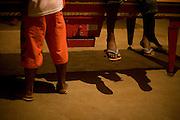 Sao Romao_MG, Brasil...Detalhe das pernas de duas pessoas perto da sinuca em Sao Romao, Minas Gerais...Detail of legs of two people next to snooker in Sao Romao, Minas Gerais...Foto: JOAO MARCOS ROSA /  NITRO