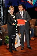 Presentatie van de Douwe Egberts Sinterklaasboeken in de Openbare Bibliotheek Amsterdam. <br /> <br /> Op de foto:  Luc van Gorp ( Douwe Egberts Nederland ) en Prinses Laurentien