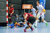 ROTTERDAM  - NK Zaalhockey . Kampong-Oranje Rood (m)  voor brons. Jim van de Venne van Oranje Rood met Kampong-keeper David Wolff.    COPYRIGHT KOEN SUYK