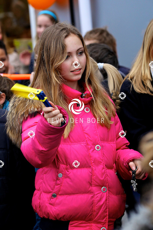 AMMERZODEN - Op de basisschool De Schakel werd een actie gehouden om binnen 1 minuut zoveel mogelijk herrie te maken voor het Lilianefonds. Ze zijn gesponsord door de Postcodeloterij. FOTO LEVIN DEN BOER - PERSFOTO.NU