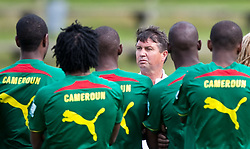 21.05.2010, Dolomitenstadion, Lienz, AUT, WM Vorbereitung, Kamerun Training im Bild Yves Colleu, Co-Trainer, Nationalteam Kamerun, FRA bei der Mannschaftsbesprechung, EXPA Pictures © 2010, PhotoCredit: EXPA/ J. Feichter / SPORTIDA PHOTO AGENCY