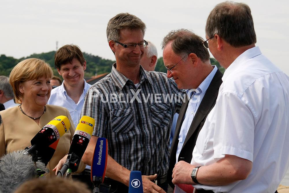 Bundeskanzlerin Angela Merkel besucht Hitzacker w&auml;hrend des Elbhochwassers 2013 in L&uuml;chow-Dannenberg. <br /> <br /> Ort: Hitzacker<br /> Copyright: Karin Behr<br /> Quelle: PubliXviewinG