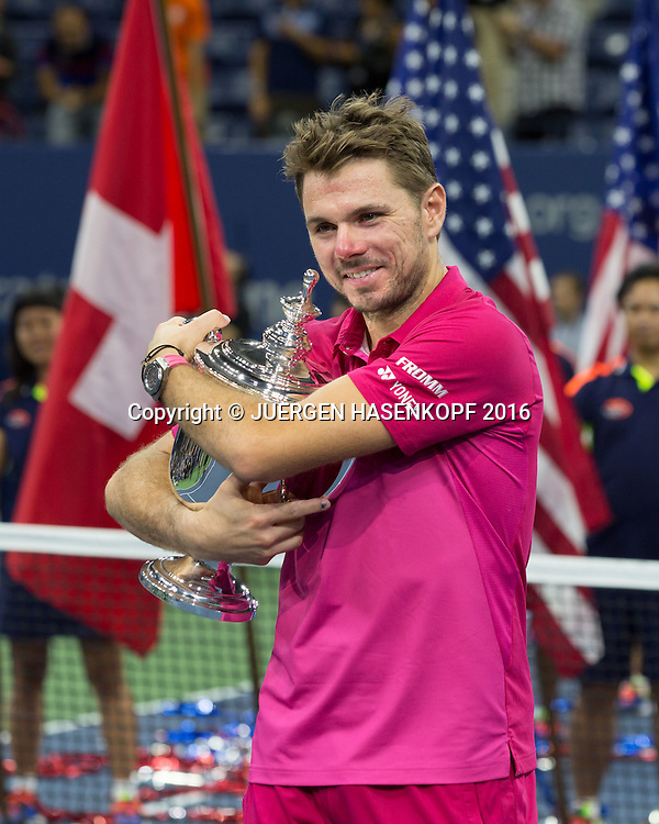STAN WAWRINKA (SUI)  mit Pokal, Siegerehrung<br /> <br /> Tennis - US Open 2016 - Grand Slam ITF / ATP / WTA -  USTA Billie Jean King National Tennis Center - New York - New York - USA  - 11 September 2016.