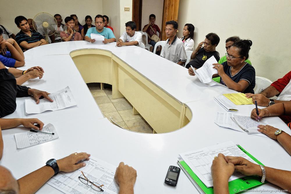 Damit das langwierige Verfahren der Landreform weitergeht, sind regelmässige Gespräche mit Behördenvertretern nötig.