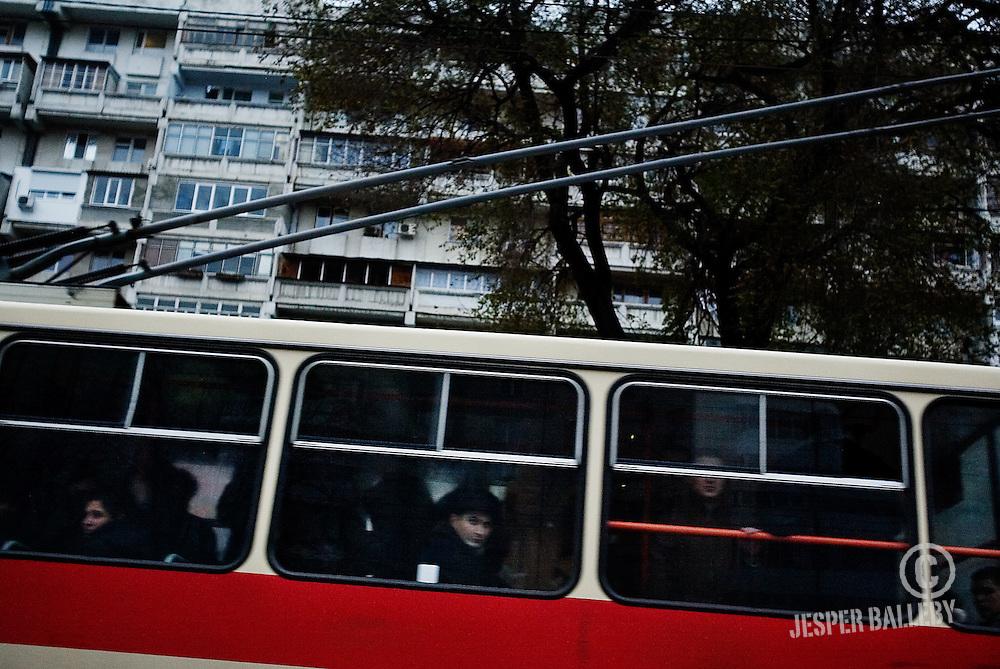 Det koster én lei at køre med sporvognene i Chisinau, men det kan være svært at gennemskue, hvor turen ender. De fleste taxature i Chisinau centrum bør koste i omegnen af 20 til 40 kroner. Aftal prisen med chaufføren på forhånd og husk at bruge taxaer med taxameter..