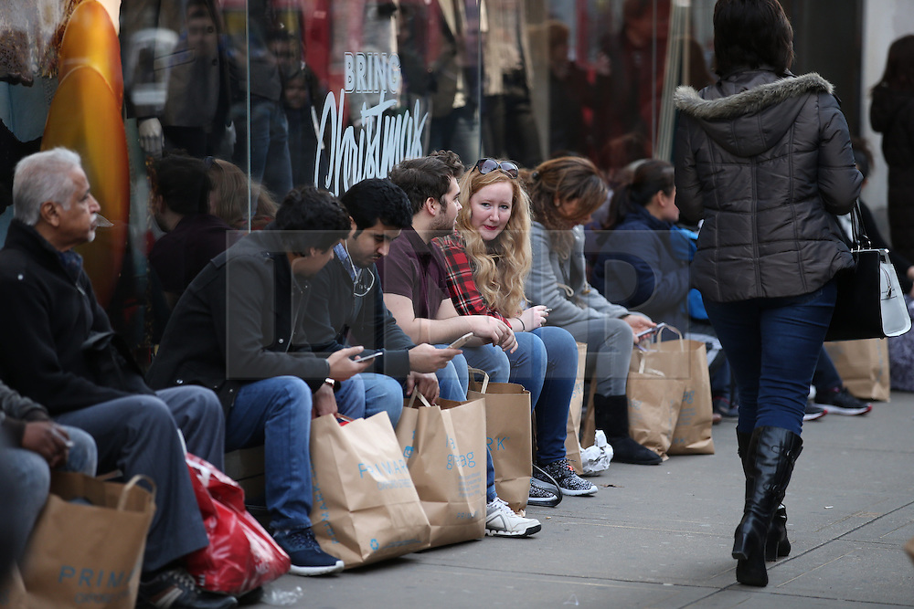 © Licensed to London News Pictures. 19/12/2015. London, UK. Shoppers look for bargains in Oxford Street on the last Saturday before Christmas. Photo credit: Peter Macdiarmid/LNP