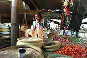 Bambina in un mercato di frutta e verdura