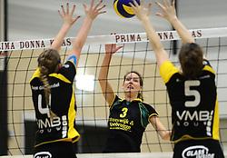 01-12-2012 VOLLEYBAL: PRIMA DONNA KAAS HUIZEN -  PRISMAWORX STRAVOC: HUIZEN<br /> Huizen wint met 3-2 van Stravoc / Rianne Hop<br /> ©2012-FotoHoogendoorn.nl