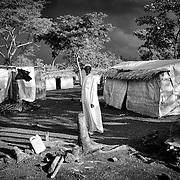 Issa, un marabout réfugié centrafricain arrivé six mois auparavant avec sa famille au camp de Timangolo, à l'est du Cameroun, profite de la douceur de fin de journée alors que la tempête arrive sur lui, le 11 novembre 2014. Pour chasser le Hendu, les centrafricains font appel à la sorcellerie et à la médecine traditionnelle. Chaque marabout a sa spécialisation. Issa, lui, s'occupe plutôt de soigner les vers des intestins et la jaunisse grace à des écorces et des herbes médicinales trouvées en brousse. Depuis qu'il vit au Cameroun, il a toutes les peines du monde à trouver ces remèdes.
