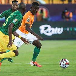 24 June 2019, Egypt, Cairo: Ivory coast's Max-Alain Gradel and South Africa's Thamsanqa Mkhize battle for the ball during the 2019 Africa Cup of Nations Group D soccer match between South Africa and Ivory coast at Al-Salam Stadium. Photo : PictureAlliance / Icon Sport