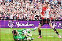 ROTTERDAM - Feyenoord - Willem II , Voetbal , Seizoen 2015/2016 , Eredivisie , Stadion de Kuip , 13-09-2015 , Speler van Feyenoord Michiel Kramer (r) schiet recht in de handen van Willem II doelman Kostas Lamprou (l)