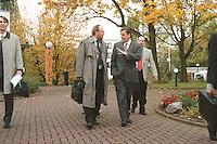 14.10.1998, Germany/Bonn:<br /> Wolfgang Thierse, SPD Kandidat für das Amt des Bundestagspräsidenten, und Gerhard Schröder, SPD, designierter Bundeskanzler, auf dem Weg zu den Koalitionsverhandlungen mit Bündnis 90 / Die Grünen, Landesvertretung Nordrhein-Westfalen<br /> IMAGE: 19981014-01/01-15<br />  <br />            <br /> KEYWORDS: Wolfgang Thierse