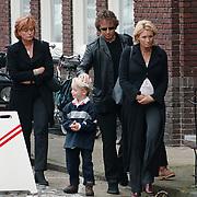 Begrafenis oma Leontine Ruiters, Marco Borsato, Leontine en zus Laura aankomst kerk
