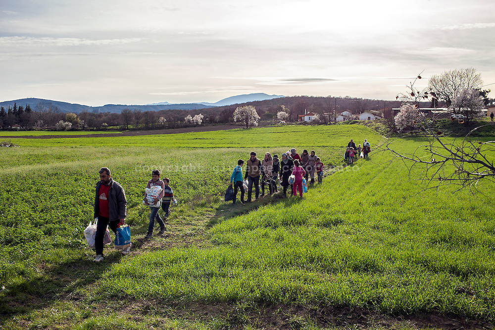 05 March 2016, Greece, Idomeni - Migrants and refugees wait to cross the Greek-Macedonian border near the village of Idomeni.