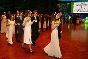 Ludwigshafen. 02.12.17 | <br /> Pfalzbau. Gala-Ball von Tanz-Art Formacon. Wiener Opernballeröffnung unserer Debütanten, ca. 60 Jugendpaare ziehen in den festlich Ballsaal ein und vertanzen 3 Touren der Francaise. Passend zum Wiener Opernballthema alle Damen mit hellen Kleidern und Diadem im Haar, alle Herren mit weissen Handschuhen. <br /> Bild: Markus Prosswitz 02DEC17 / masterpress (Bild ist honorarpflichtig - No Model Release!) <br /> BILD- ID 03416 |