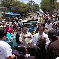 """Ocoyoacac, Méx.- Vecinos de la Colonia Juárez, ubicada en el límite de los municipios de Ocoyoacac y Lerma, bloquearon el acceso a esa localidad y realizaron una manifestación en el acceso principal del fraccionamiento y club de golf """"Los Encinos"""", en protesta porque esa residencial colocó unas casetas de seguridad sobre la carretera, para, desde éstas, controlar el acceso y restringirlo a quienes no vivan en el fraccionamiento. Agencia MVT / Rummenige Velasco. (DIGITAL)<br /> <br /> <br /> <br /> NO ARCHIVAR - NO ARCHIVE"""