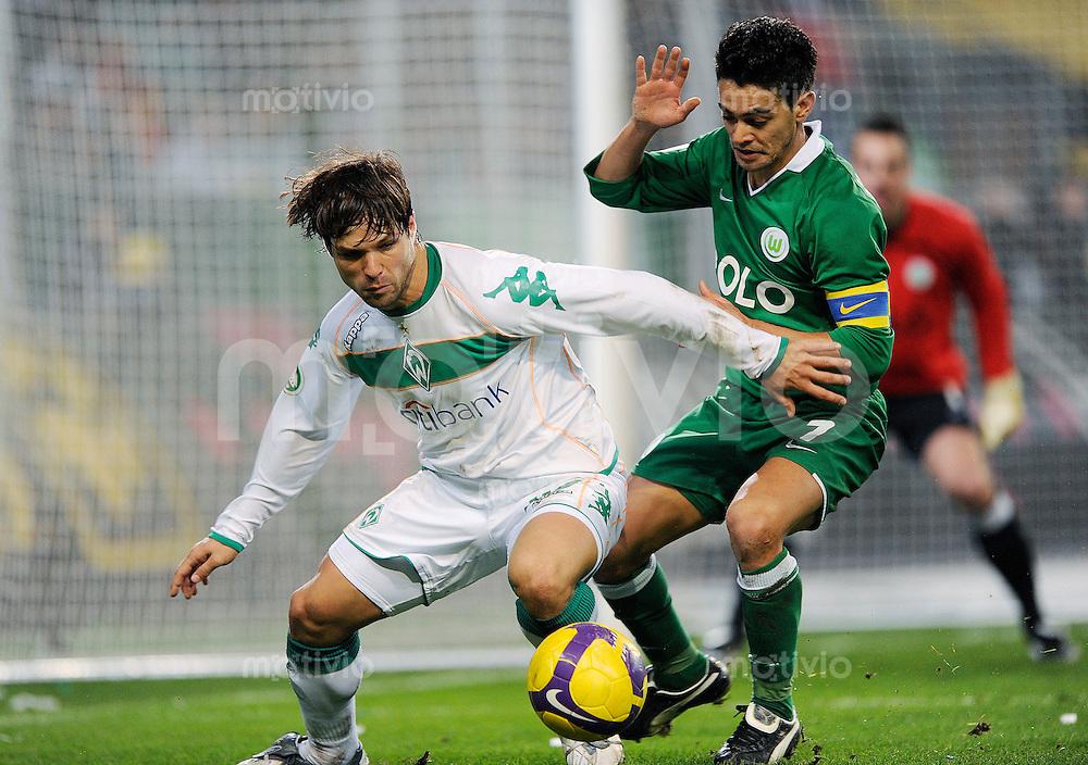 Fussball DFB-Pokal Saison 2008/2009 VFL Wolfsburg - SV Werder Bremen DIEGO (Werder, l) gegen JOSUE (Wolfsburg).