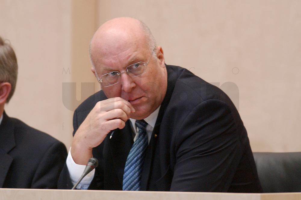 29 NOV 2002, BERLIN/GERMANY:<br /> Manfred Weiss, CSU, Staatsminister der Justiz Bayern, waehrend der Bundesratsdebatte zum Thema Arbeitsmarkt, Plenum, Bundesrat<br /> IMAGE: 20021129-01-057<br /> KEYWORDS: Manfed Wei&szlig;