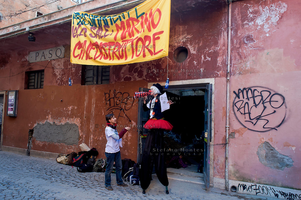 Roma 3 Febbraio 2015<br /> Gli attivisti dei movimenti contro la chiusura dei cinema a Roma, vestiti da clown e trampolieri, hanno occupato l'ex Cinema Pasquino,nel cuore dello storico rione di Trastevere.Protestano contro il sindaco di Roma Ignazio  Marino che vuole trasformare i cinema in spazi commerciali.<br /> Rome February 3, 2015<br /> Movement activists against the closure of cinemas in Rome, dressed as clowns and stilt walkers, have occupied the former Cinema Pasquino, in the heart of the historic district of Trastevere. Protesting against the mayor of Rome Ignazio Marino who wants to turn the cinemas into commercial spaces.