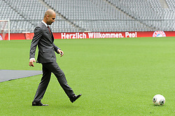 24.06.2013, Allianz Arena, Muenchen, GER, 1. FBL, FC Bayern Muenchen, Vorstellung des neuen Bayern-Trainers Pep Guardiola, im Bild, Trainer Pep Guardiola (FC Bayern Muenchen) beim Ballspiel in der Allianz Arena // during the presentation of the new FC Bayern Munich coach Pep Guardiola at the Allianz Arena, Munich, Germany on 2013/06/24. EXPA Pictures © 2013, PhotoCredit: EXPA/ Eibner/ Wolfgang Stuetzle<br /> <br /> ***** ATTENTION - OUT OF GER *****