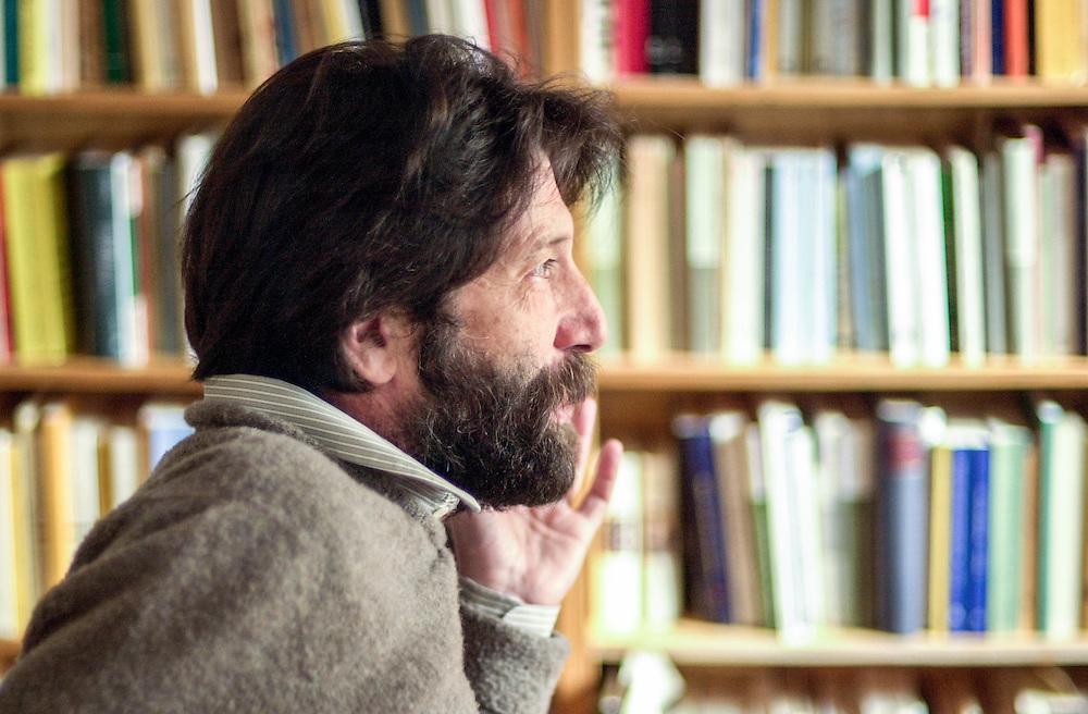 08 APR 2005 - Venezia - Massimo Cacciari, filosofo, sindaco di Venezia, nel suo studio privato