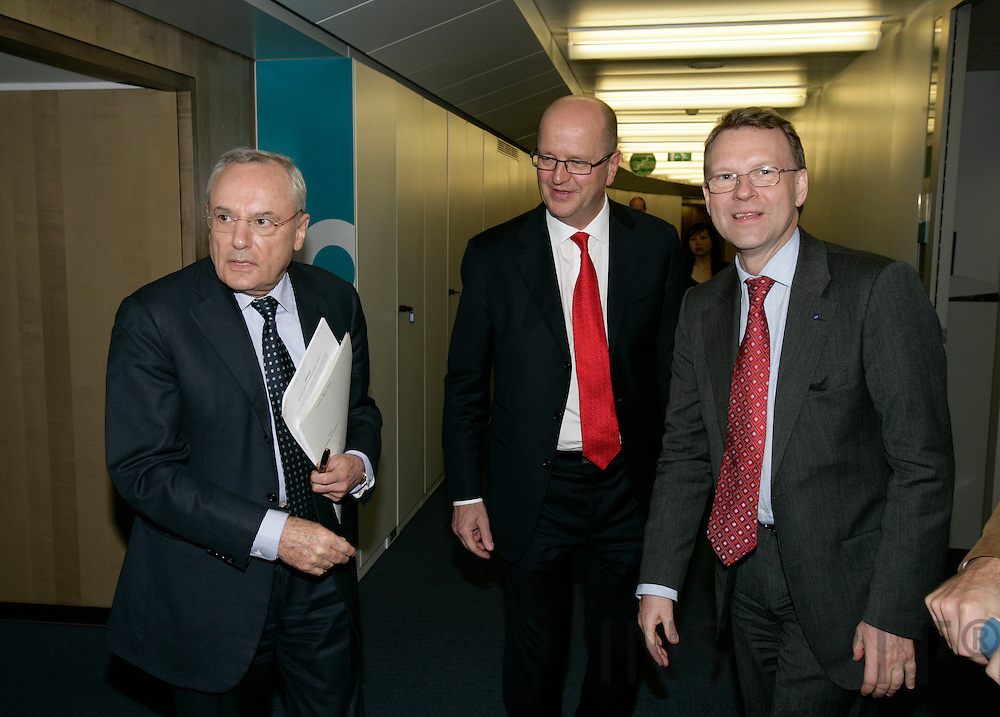 BRUSSELS - BELGIUM - 21 MARCH 2007 -- Mats JANSSON (M), CEO of the SAS Group, meeting with Jacques BARROT (L), EU Commissioner for Transport and Hans OLLONGREN (R), SAS Group.   PHOTO: ERIK LUNTANG