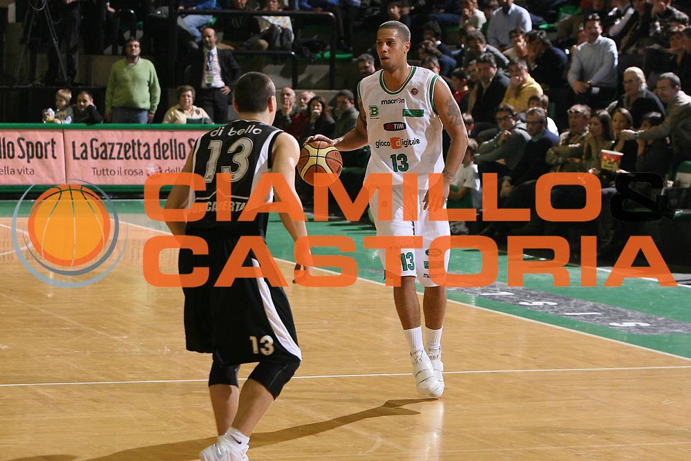 DESCRIZIONE : Treviso Lega A 2009-10 Basket Benetton Treviso Pepsi Caserta<br /> GIOCATORE : Daniel Hackett<br /> SQUADRA : Benetton Treviso<br /> EVENTO : Campionato Lega A 2009-2010<br /> GARA : Benetton Treviso Pepsi Caserta<br /> DATA : 13/12/2009<br /> CATEGORIA : Palleggio<br /> SPORT : Pallacanestro<br /> AUTORE : Agenzia Ciamillo-Castoria/G.Contessa<br /> Galleria : Lega Basket A 2009-2010 <br /> Fotonotizia : Treviso Campionato Italiano Lega A 2009-2010 Benetton Treviso Pepsi Caserta<br /> Predefinita :