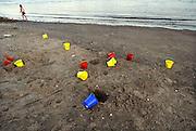 Nederland, Nijmegen, 26-5-2012Eemmertjes met verschillende kleuren liggen op het zand van de oever van de Waal.Foto: Flip Franssen/Hollandse Hoogte