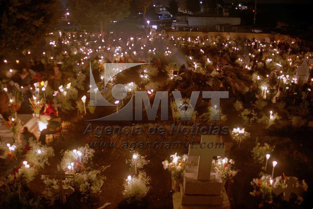 Toluca, Méx.- Vista panoramica del panteón del poblado de San Felipe Tlalmimilolpan durante la noche de muertos. Agencia MVT / Mario Vázquez de la Torre.