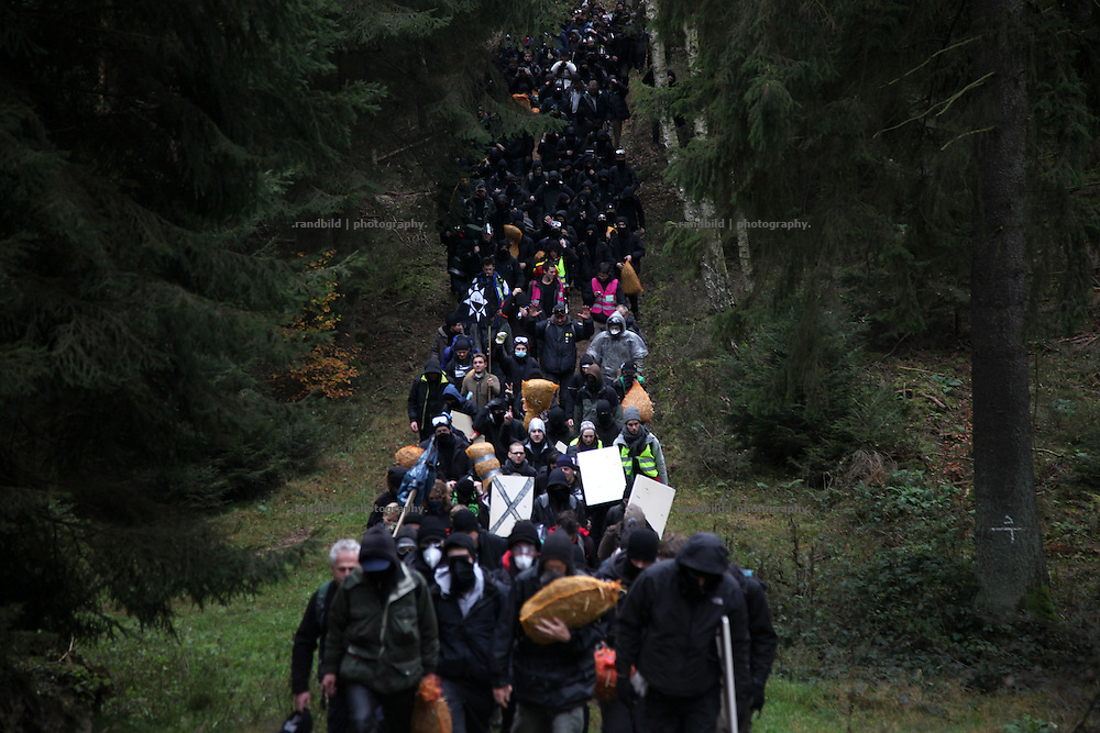 While the recent Castor transport rolls to Gorleben protest along the last 70 KM of its rout increase. about 2000 people tried to reach the tracks for intended sabotage which sometimes were successful. Another 2000 anti nuclear activists managed to run through police lines for a human blockade. Police reacts violently, but was not able to avoid the protests.