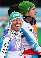 Ski Alpin  WM Schladming  2013 Slalom Herren  17.02.2013 Felix Neureuther (li, GER lacht ueber seine Silbermedaille;  Weltmeister Marcel Hirscher (hinten, AUT)