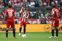 25.09.2010, Allianz Arena, Muenchen, GER, 1.FBL, FC Bayern Muenchen vs 1. FSV Mainz 05, im Bild  Miroslav Klose (Bayern #18) Bastian Schweinsteiger (Bayern #31) und Mark van Bommel (Bayern #17) beim Anstoß nach dem 0-1, EXPA Pictures © 2010, PhotoCredit: EXPA/ nph/  Straubmeier+++++ ATTENTION - OUT OF GER +++++ / SPORTIDA PHOTO AGENCY