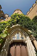 Burg Hohenzollern, gotische Tür im Burghof, Schwäbische Alb, Baden-Württemberg, Deutschland.. | ..Hohenzollern Castle, gothic door, Germany