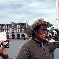 Toluca, Mex.- En solitaria manifestación, este hombre originario de Zinacantepec, pide a las autoridades estatales su intervención para que no se burocratice la denuncia por abuso de autoridad, entre otros, realizada por el pueblo de San Luis Mextepec contra el alcalde de este lugar. Agencia MVT / Luis Enrique Hernandez V. (DIGITAL)<br /> <br /> NO ARCHIVAR - NO ARCHIVE