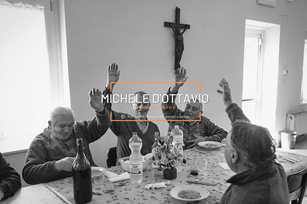 Quartiere Borgo Vittoria, anziani a pranzo nella Mensamica della parrocchia Cafasso,Torino 2016