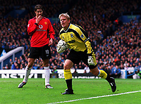 Fotball. Premier League. 09.11.2002.<br /> Manchester City v Manchester United.<br /> Peter Schmeichel og Ruud Van Nistelrooy.<br /> Foto: Andrew Cowie, Digitalsport