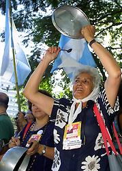 Dois mil manifestantes uniram-se a um grupo das Mães da Praça de Maio para fazerem um panelaço na Praça Argentina em Porto Alegre onde acontece o II Forum Social Mundial. FOTO: Jefferson Bernardes/Preview.com