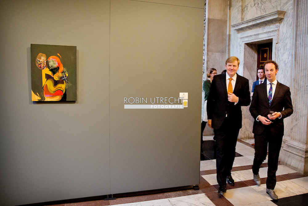 AMSTERDAM - Willem Alexander with winner Bob Eikelboom, King Willem Alexander presented on Friday 10 October at the Royal Prize for Painting in 2014 from the Royal Palace in Amsterdam. Four young artists to receive this prize, a sum of 6500 euros. After the presentation ceremony, the King opens the exhibition where the winning works and a selection of other paintings sent to see. COPYRIGHT ROBIN UTRECHT
