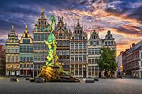 Der Grote Markt in der historischen Altstadt von Antwerpen ist von zahlreichen prunkvollen Zunfthäusern aus dem 16. und 17. Jahrhundert gesäumt und in der Mitte befindet sich der Brabobrunnen.